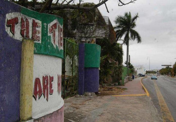 Un de los predios abandonados se encuentra a lado de la laguna, frente a Playa Tortugas. (Foto de Contexto/Internet)