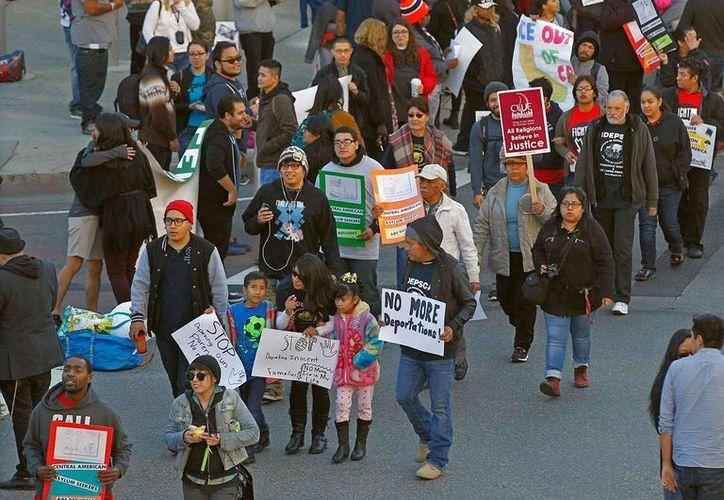 Inmigrantes latinos se manifiestan cerca del centro de Los Ángeles, California, contra las deportaciones de indocumentados. El viernes 29 de enero de 2016, organizaciones comunitarias recibieron 15 mdd para apoyar a este sector. (Archivo/AP)