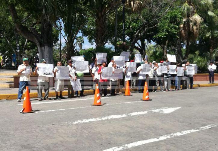 Ejidatarios de Motul protestaron contra la construcción de parques eólicos en sus tierras, esta mañana, frente a Palacio de Gobierno. (Patricia Itzá/SIPSE)