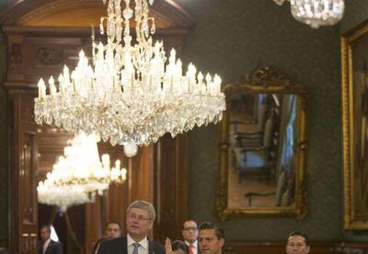 El presidente Enrique Peña muestra al primer ministro canadiense Stephen Harper las instalaciones del Palacio Nacional, previo al almuerzo de este martes. (presidencia.gob.mx)
