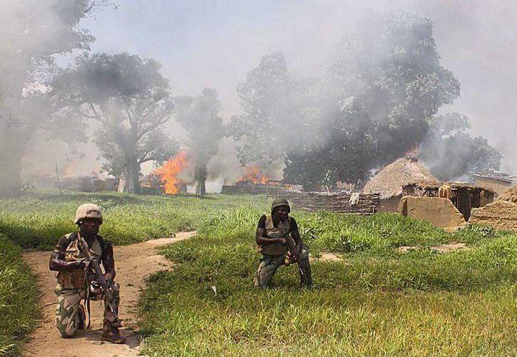 Soldados de la brigada 21 del Ejército de Nigeria limpian campos del grupo terrorista de Boko Haram en la localidad de Chuogori, estado Borno, el pasado 31 de julio. Hoy se registró una bomba en un mercado de ganado en Sabon Gari. (Archivo/EFE)