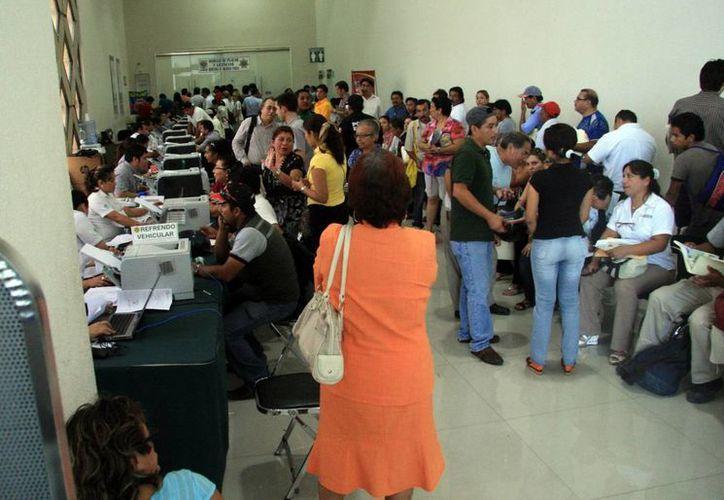 Enormes filas se formaron en los módulos. En la imagen, el del Centro de Convenciones Siglo XXI. (SIPSE)