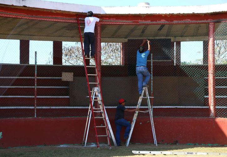 Sustituyen la malla de las gradas para proteger a los aficionados. (Raúl Balam/SIPSE)