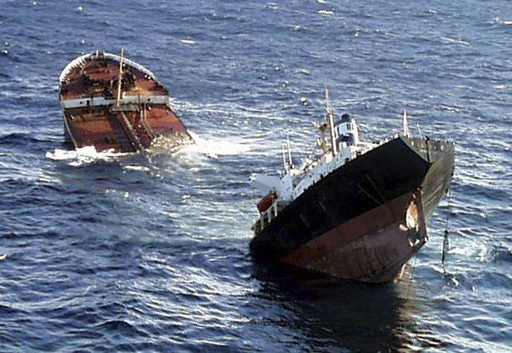 Foto de archivo del 19 de noviembre de 2002, donde se observa a el buque petrolero Prestige partirse en dos antes de hundirse. (Agencias)