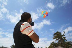 Cientos de papalotes vuelan sobre Playa del Carmen