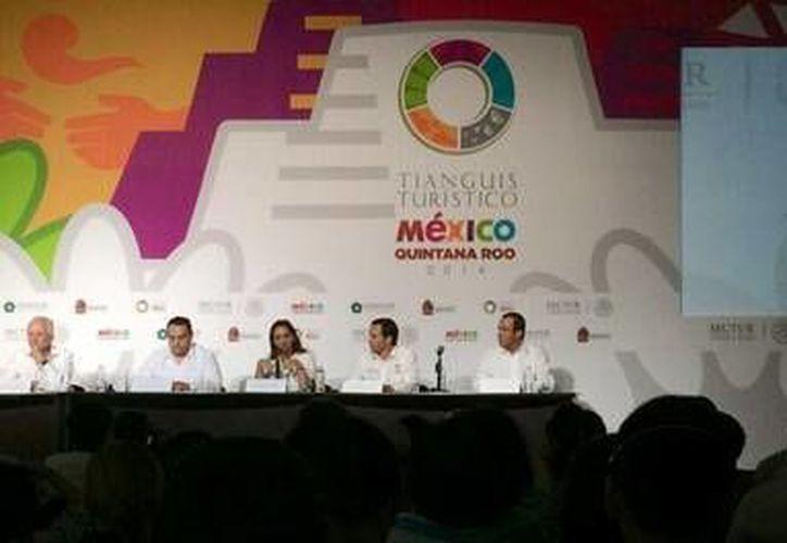 La secretaria de Turismo, Claudia Ruiz Massieu, informando el resultado final del Tianguis. (Twitter: @diegospaiva)
