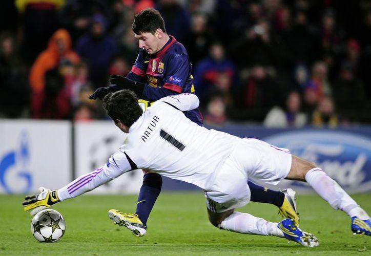 En su intento por romper el récord de Muller, Messi chocó contra el portero del Benfica y se lesionó, aunque no de gravedad. (Agencias)