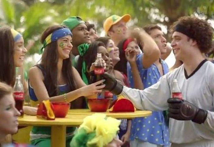 En el comercial un doble de Ochoa evita que un refresco caiga al suelo. (Coca Cola)