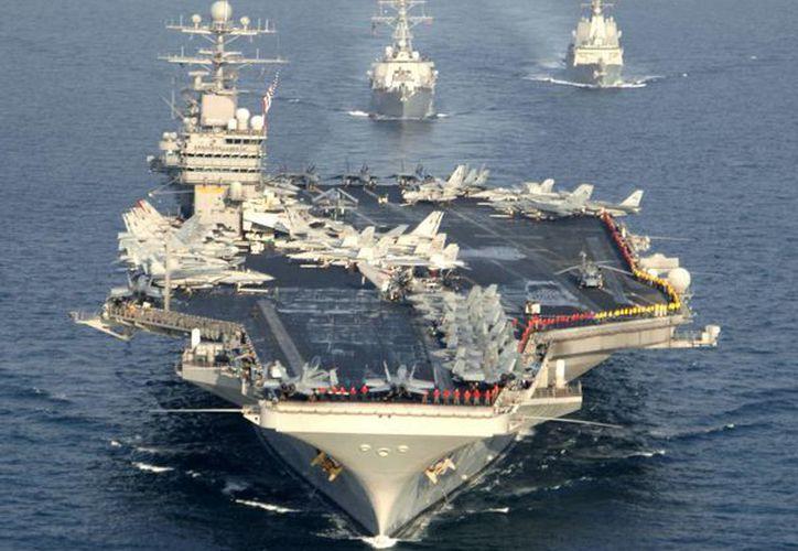 Foto de archivo de la fragata española Álvaro de Bazán (d) junto al portaaviones estadounidense USS Theodore Roosevelt y el USS Donald Cook (c), durante unas maniobras en el Golfo Pérsico. (Archivo/EFE)