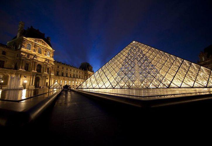 Vista de la pirámide de la entrada al museo del Louvre, en París, Francia. (EFE)