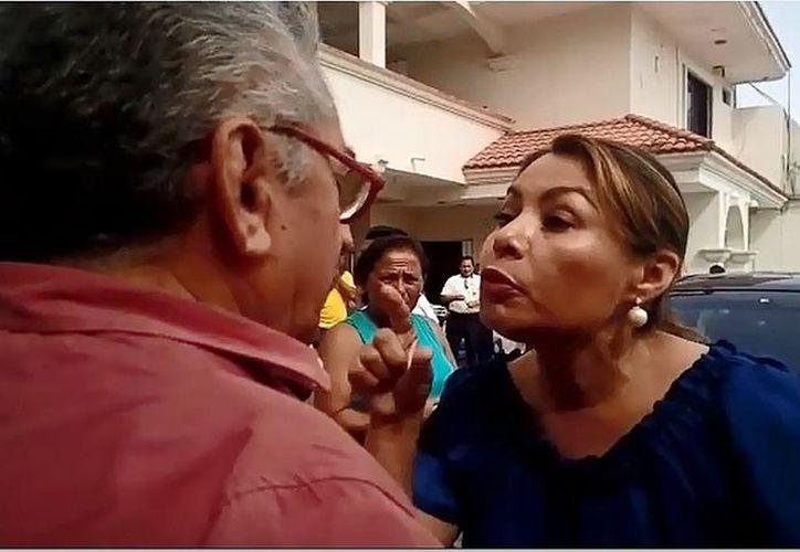 La mujer encaró a los comunicadores y arrebató un teléfono a uno de ellos con el que se grababa la agresión. (Foto: Captura del video)