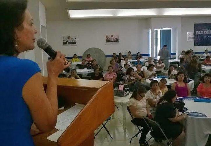 La diputada Sofía Castro durante su intervención en la reunión con mujeres panistas que apoyan a Gustavo Madero. (SIPSE)