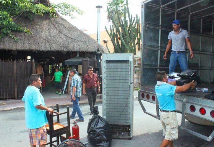 El desalojo del restaurante 'El Balkanero' se realizó ayer a las ocho de la mañana.  (Daniel Pacheco/SIPSE)