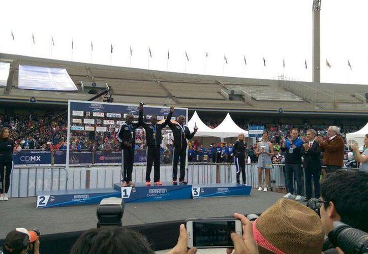 Los kenianos Emmanuel Mnangat (centro), Isaac Kemboi (izquierda) y Rogers Ondati (derecha) se adjudicaron los tres primeros sitios del XXXIV Maratón de la Ciudad de México. (Marco Moreno/SIPSE)