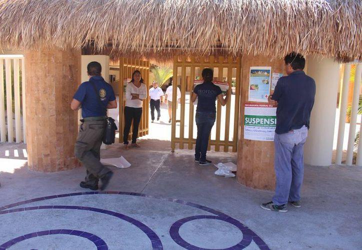 Inspectores de la Profeco ayer colocaron sellos de suspensión al Colegio Inglés de Playa del Carmen. (Luis Ballesteros/SIPSE)