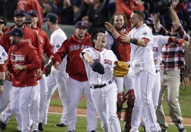 El pitcher Koji Uehara celebra la victoria decisiva de los Medias Rojas contra Detroit por 5-2 en la liga americana.  (Agencias)