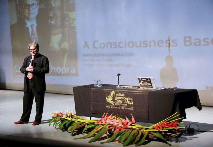 El doctor Deepak Chopra ofreció ayer un momento de meditación. (Milenio Novedades)