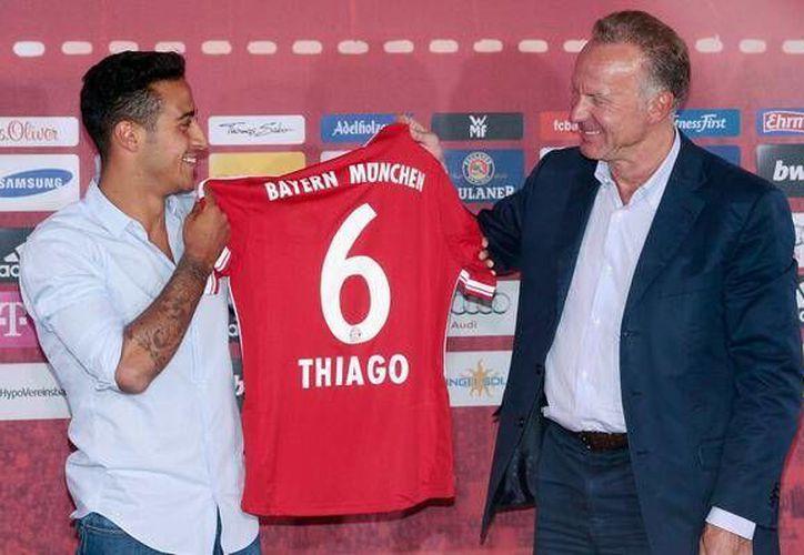 Thiago Alcántara fue presentado como nuevo refuerzo en el Bayern Munich y portara el número seis. (Archivo/FCBayern)