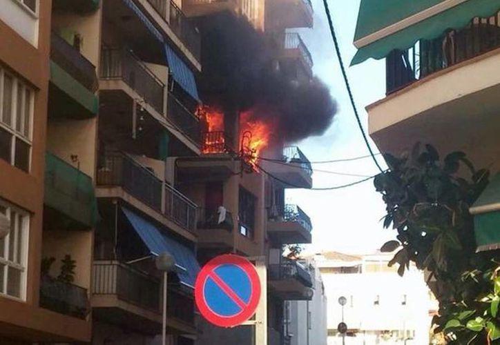 El siniestro se produjo en el segundo piso del edificio, que tiene siete plantas. (twitter/@metesohtaoglu)