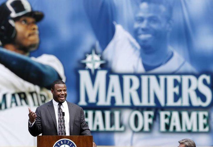 La figura de Ken Griffey Jr portará la gorra de Marineros de Seattle en la placa del exjugador en el Salón de la Fama del beisbol. Foto de archivo del 9 de agosto de 2013. (AP)