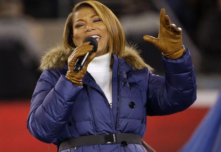 Queen Latifah durante su interpretación de 'America the Beautiful' en el espectáculo previo al Super Bowl. (Agencias)