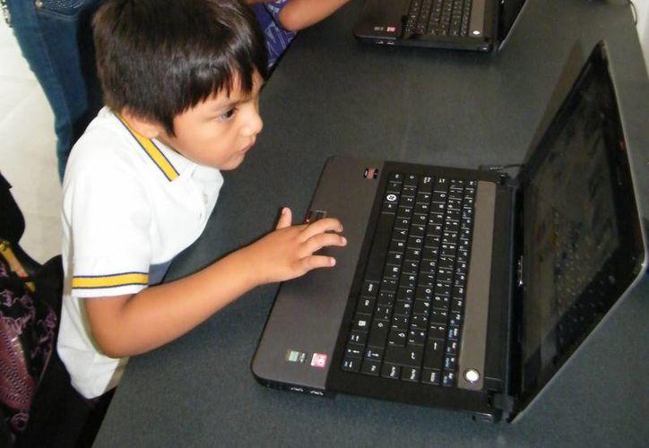 Alumnos deben aprender a manejar programas de información. (Milenio Novedades)