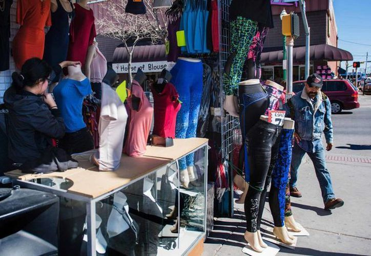 Una comerciante viste un maniquí en su tienda de Chihuahuita, en El Paso, Texas. (J. W./AFP)