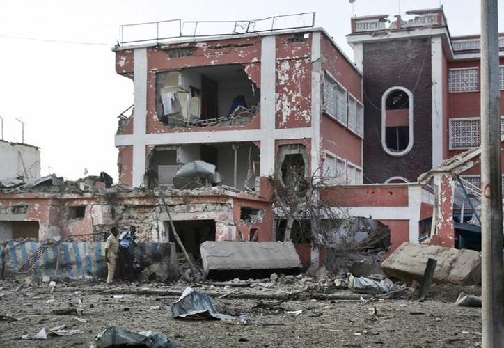 Extremistas de Al-Shabab emboscaron y mataron al menos a 15 soldados en Somalia. En la foto, escena de un atentado afuera de un hotel en Mogadiscio. (AP)