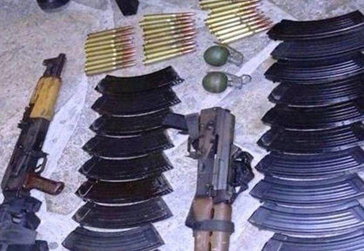 Imagen del armamento decomisado en el tramo carretero Aldama-Soto la Marina en Tamaulipas. (Milenio Digital)