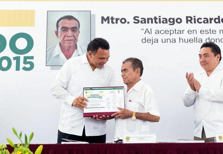 El profesor Santiago Ricardo Gómez y Cámara recibe del gobernador del Estado, Rolando Zapata Bello, el reconocimiento como Maestro del Año 2015, en Yucatán. (Milenio Novedades)