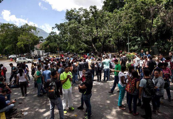 Un grupo de estudiantes de la Universidad Central de Venezuela (UCV), una de las más importantes del país, realizan una protesta por la inseguridad en la entrada del campus universitario en Caracas. (EFE)
