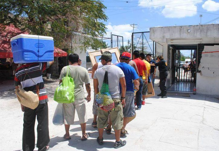 Los holboxeños fueron saliendo en fila india. (Eric Galindo/SIPSE)