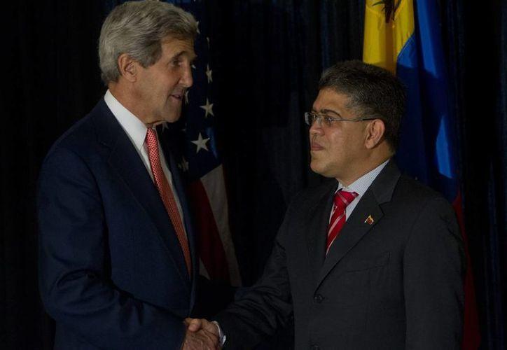 El secretario de Estado de Estados Unidos, John Kerry (izq), se reúne con el ministro venezolano de Relaciones Exteriores, Elías Jaua, durante la 43 asamblea anual de la OEA en Antigua, Guatemala. (EFE)