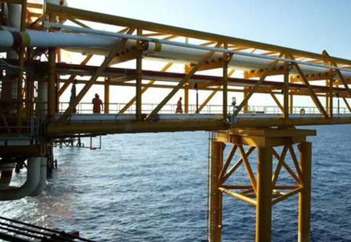 La meta es que a pesar de la caída de los precios del petróleo y de los recortes presupuestas se pueda estabilizar las finanzas y la producción petrolera de la empresa. (pemex.com)