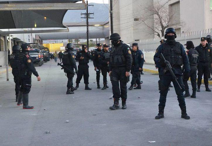 Tras la riña entre el grupo de los Zetas y el cártel del Golfo en el penal de Topo Chico, varios elementos policiacos hacen guardia a la entrada de la cárcel que se encuentra en Nuevo León. (Agencias)