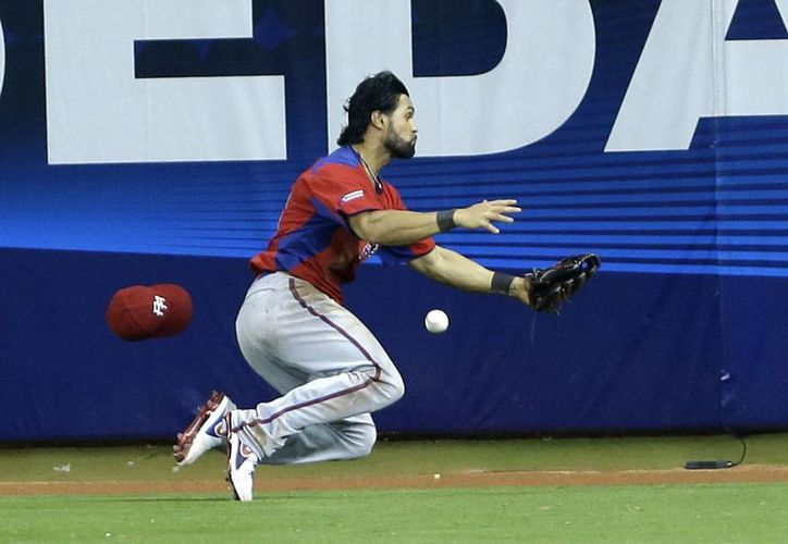 El puertorriqueño Angel Pagan es incapaz de cachar un batazo del norteamericano David Wright. (Agencias)