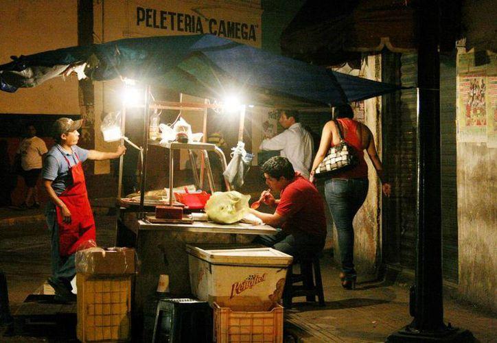 Consumir alimentos en la calle puede causar enfermedades menores hasta males graves como cáncer. (Milenio Novedades)