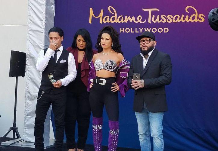 En la foto, de izquierda a derecha, Chris, el viudo de Selena; Suzete Quintanilla, la figura de cera de la artista y el hermano A.B. Quintanilla, Suzette. (Notimex)
