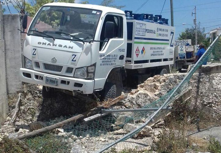 El conductor chocó contra un predio en el fraccionamiento Villas Otoch Paraíso. (Foto: Redacción/SIPSE)