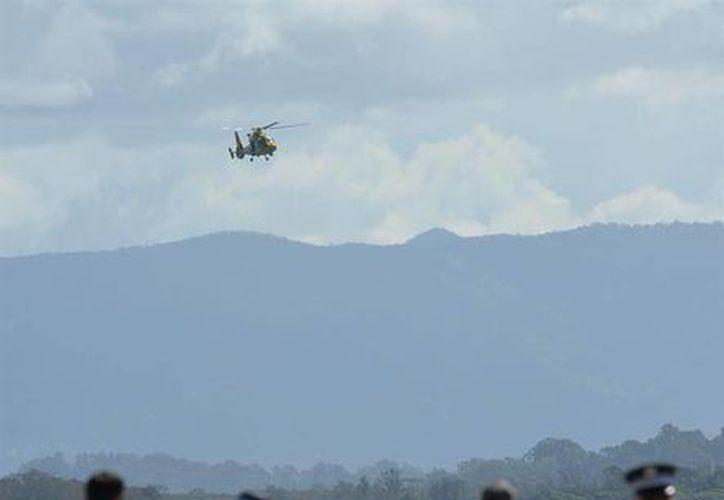 Un helicóptero sobrevuela la Playa Clarkes en Nueva gales del Surm donde un hombre murió tras ser atacado por un tiburón mientras practicaba surf. (EFE)