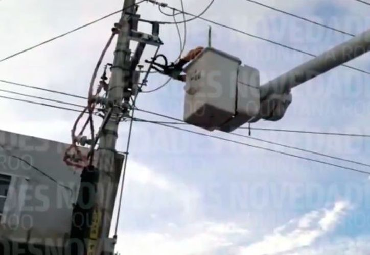 Personal de la CFE cortó la energía eléctrica de la zona para poder retirar el cuerpo. (Octavio Martínez/SIPSE)