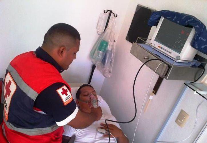 Algunos trabajadores prefieren pagar por los servicios médicos de la Cruz Roja, antes que acudir al IMSS o al Issste. (Daniel Pacheco/SIPSE)