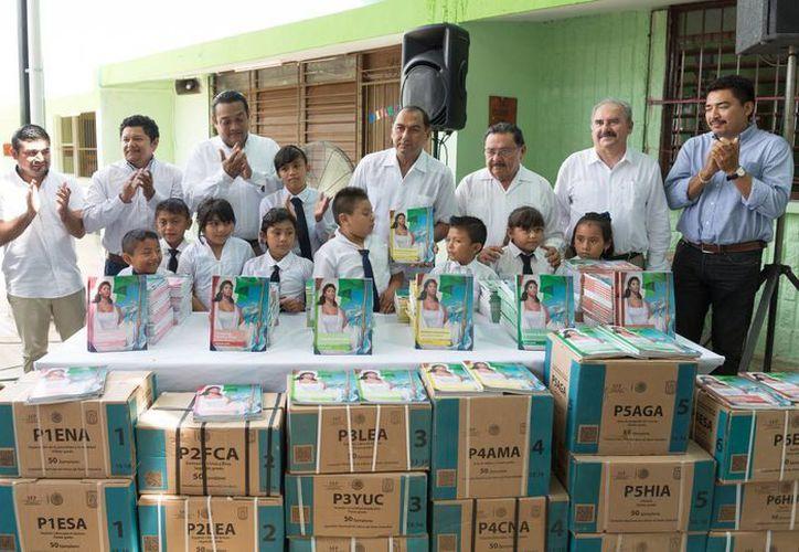 El secretario de Educación del Estado, Raúl Godoy Montañez (c), presidió la entrega de libros y de obras públicas para Centro de Desarrollo Educativo en Izamal. (Foto de cortesía del Gobierno del Estado)