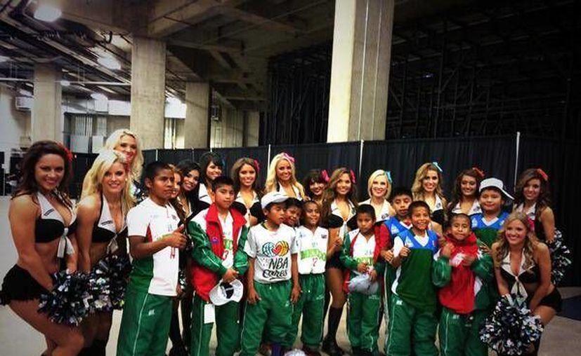 """Las animadoras de los Spurs se tomaron la foto del recuerdo con los distinguidos invitados: """"Amamos a los niños Triquis de Oaxaca #nbamexico  #gospursgo"""", publicaron en su cuenta de Twitter. (@SilverDancers)."""