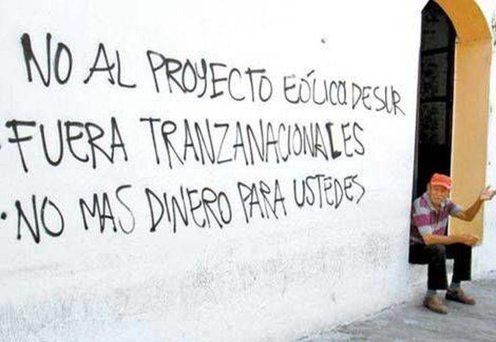 Algunos ejidatarios dicen que la empresa Energía Eólica del Sur quiere pagarles en renta por sus tierras 8 centavos por metro cuadrado. (Javier García/Milenio)