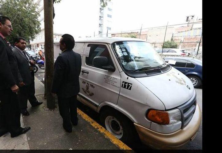 La camioneta falsa que utilizaron los asaltantes fue abandonada en calles de la Ciudad de México. (Alfredo Domínguez/jornada.unam.mx)