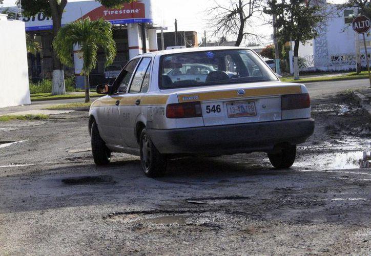 Luego de las lluvias que cayeron gran parte de Quintana Roo, en el municipio de Othón P. Blanco las calles quedaron en mal estado, provocando la molestia de la población. (Harold Alcocer/SIPSE)