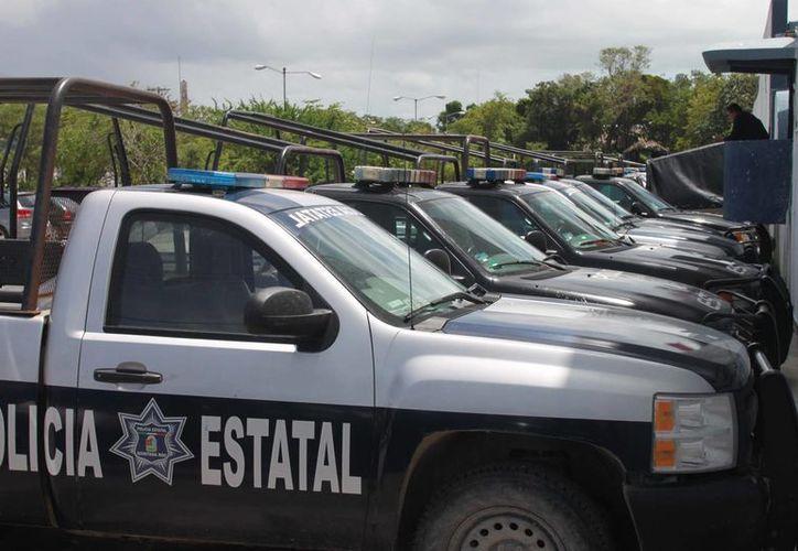 El elemento de la Policía Estatal Preventiva (PEP), estacionó la patrulla en la calle Heroica Escuela Naval, para dormir una siesta. (Harold Alcocer/SIPSE)