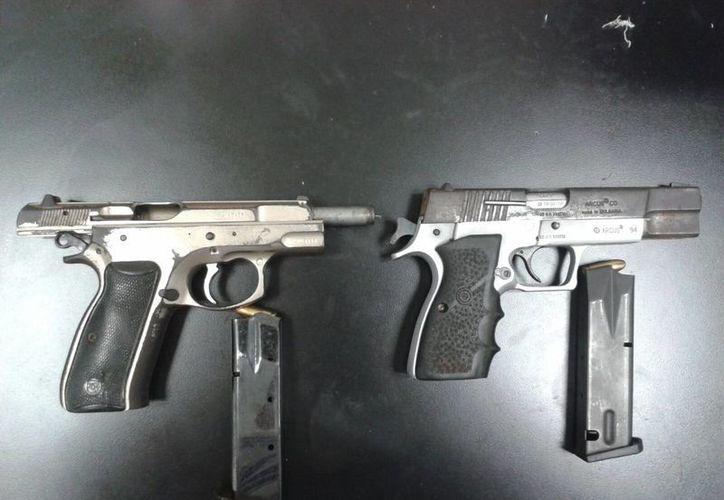 A los delincuentes se les aseguró dos armas de fuego. (Eric Galindo/SIPSE)