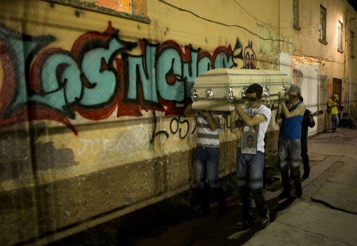 En recorridos a pie y en motocicleta, los participantes del 'Safari en Tepito' se desplazan durante la noche por calles llenas de basura mostrando la realidad del barrio bravo del DF. (AP)